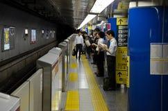 Plate-forme de station de métro avec des banlieusards à Tokyo Japon images stock