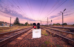 Plate-forme de train et feu de signalisation au coucher du soleil Chemin de fer St de chemin de fer Images stock