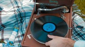 Plate-forme de vinyle jouant, fond bleu banque de vidéos