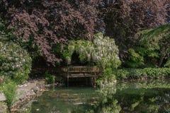 Plate-forme de visionnement au jardin japonais situé au parc de Hatley photos stock