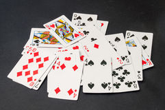 Plate-forme des cartes dispersée sur un fond noir Image stock