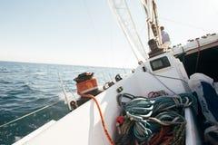 Plate-forme du yacht d'emballage professionnel se penchant en vent Image stock