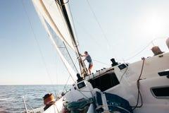 Plate-forme du yacht d'emballage professionnel se penchant en vent Photo libre de droits