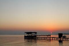 Plate-forme en bois à la plage de Busaiteen pendant le lever de soleil Image libre de droits