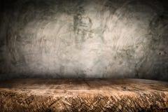 Plate-forme en bois de bureau et fond poli de surface en béton images libres de droits