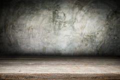 Plate-forme en bois de bureau et fond poli de surface en béton Photographie stock libre de droits