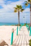 Plate-forme en bois sur le chemin vers la mer des palmiers dans Photographie stock