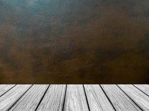 Plate-forme en bois vide de perspective avec la texture de fond de cuir de Brown sombre dans l'intérieur de pièce de style de vin Images libres de droits