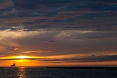 Plate-forme en mer au coucher du soleil Photos libres de droits