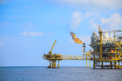 Plate-forme en mer de construction pour l'huile et le gaz de production, l'huile et l'industrie du gaz et le dur labeur, la plate Image libre de droits