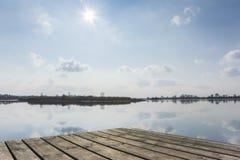 Plate-forme et eau en bois Image stock