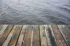 Plate-forme et eau en bois Photographie stock libre de droits