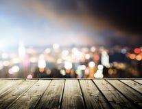 Plate-forme et lumières en bois de nuit Image stock