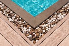 Plate-forme et pierre en bois au coin de la piscine images libres de droits