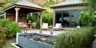 Plate-forme et piscine en dehors de villa Images stock