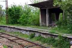 Plate-forme ferroviaire abandonnée près de Kutaisi, la Géorgie images libres de droits