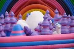 Plate-forme géante de terrain de jeu d'inflatables photographie stock libre de droits