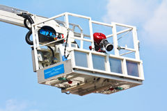 Plate-forme hydraulique aérienne articulée Photos stock