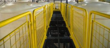 Plate-forme industrielle jaune d'accès photo libre de droits