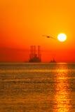 Plate-forme pétrolière à sunrising Photos libres de droits