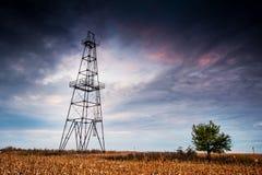 Plate-forme pétrolière abandonnée, nuages excessifs et ciel de soirée photos stock