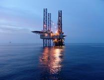 Plate-forme pétrolière avant lever de soleil Image stock