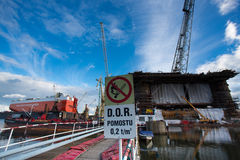 Plate-forme pétrolière d'amarrage au chantier naval de Danzig en construction Photo libre de droits