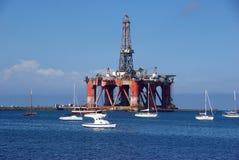 Plate-forme pétrolière dans le port photographie stock