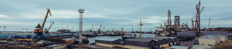 Plate-forme pétrolière de chantier naval dans les yards (panorama) images stock