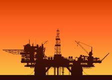 Plate-forme pétrolière de mer au coucher du soleil Plateforme pétrolière en mer Image libre de droits