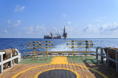 Plate-forme pétrolière de perçage tendre (plate-forme pétrolière de péniche) sur la plate-forme de production Images libres de droits