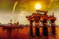 Plate-forme pétrolière de remorquage Images libres de droits