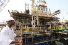 Plate-forme pétrolière et ingénieur électrique photographie stock
