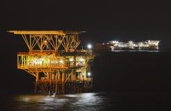 Plate-forme pétrolière la nuit Image stock