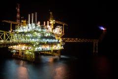 Plate-forme pétrolière la nuit avec le fond crépusculaire Photographie stock