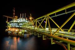 Plate-forme pétrolière la nuit avec le fond crépusculaire Photographie stock libre de droits