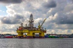 Plate-forme pétrolière par jour nuageux Photos stock