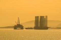Plate-forme pétrolière pendant le coucher du soleil dans Caspi Photos libres de droits
