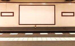 Plate-forme souterraine avec les conseils de publicité vides Photo stock