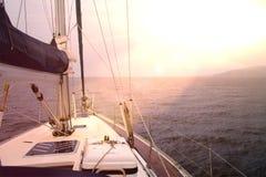 Plate-forme Sunny Day Dramatical de voilier photos stock