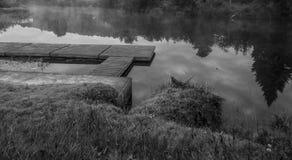 Plate-forme sur un lac à l'aube Image libre de droits