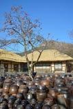 Plate-forme traditionnelle coréenne pour les cruches et la maison traditionnelle Photo stock