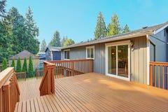 Plate-forme vide de débrayage avec des balustrades de séquoia image libre de droits