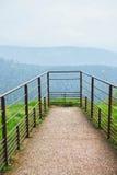 Plate-forme vide pour l'observation de forêt de montagne dans les Frances Image libre de droits