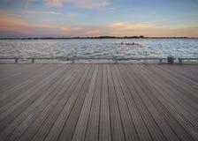 Plate-forme vide sur le coucher du soleil Photos libres de droits