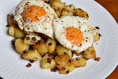 Plate with fried potatoes and fried eggs Royalty Free Stock Photos