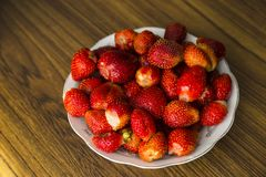Plate with strawberries Stock Photography