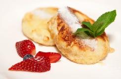 plate täta pannkakor för ost upp white Royaltyfria Foton