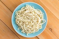Plateado de espaguetis llanos recientemente hervidos Fotos de archivo