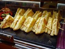 Plateau avec des apéritifs de sandwich à taille de Mini Bite images libres de droits